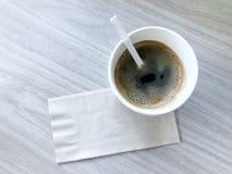 在桌上的无奶咖啡在早晨 免版税库存照片