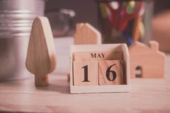 在桌上的日历木数字块玩具 免版税库存照片