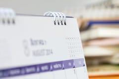 在桌上的日历页 免版税库存图片