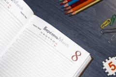 在桌上的日志是开放的在页 免版税库存照片