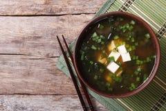 在桌上的日本大酱汤 顶视图水平 图库摄影