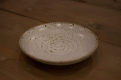 在桌上的日本食物盘 免版税库存照片