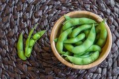 在桌上的日本绿色大豆豆 免版税库存图片