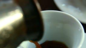 在桌上的早晨早餐是咖啡豆和饼干 无奶咖啡涌入白色杯子 特写镜头 影视素材
