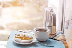 在桌上的早餐反对被打开的窗口 免版税库存照片
