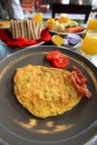 在桌上的早餐集合芒果面包烟肉 免版税库存图片