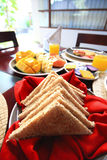 在桌上的早餐集合芒果面包烟肉 免版税库存照片