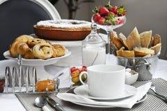 在桌上的早餐 免版税库存图片