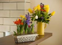 在桌上的春天花 免版税库存照片