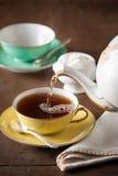 在桌上的服务茶 库存图片