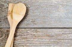 在桌上的木匙子 免版税库存照片