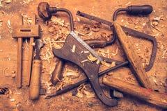 在桌上的木匠工具 免版税库存图片