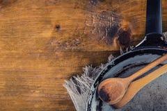在桌上的木厨房器物 在一个减速火箭的样式的食谱书木匙子在木桌上 库存图片