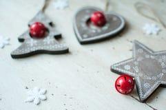 在桌上的木圣诞节玩具 树、心脏、星和白色雪花 土气圣诞节背景 免版税库存照片