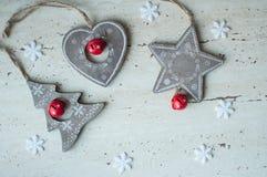 在桌上的木圣诞节玩具 树、心脏、星和白色雪花 土气圣诞节背景 免版税库存图片