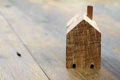 在桌上的木式样房子 免版税库存照片