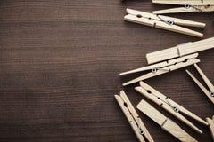 在桌上的木服装扣子 免版税库存照片