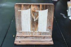在桌上的木桌标志 免版税库存照片