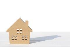 在桌上的木玩具房子 免版税图库摄影