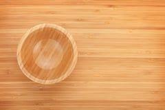 在桌上的木碗 免版税库存照片