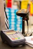 在桌上的条形码扫描器与信用卡机器 免版税库存照片