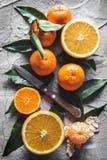 在桌上的柑橘:普通话,与刀子的蜜桔 新鲜的有机水多的果子 库存照片