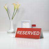 在桌上的标志被预留的 免版税库存图片