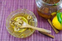 在桌上的核桃蜂蜜和柠檬 库存照片