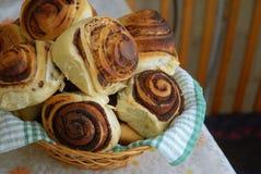 在桌上的桂香小圆面包 免版税库存图片
