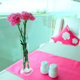 在桌上的桃红色康乃馨花 免版税库存照片