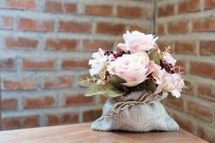 在桌上的桃红色玫瑰 免版税库存照片