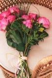 在桌上的桃红色罗斯 库存图片