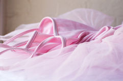 在桌上的桃红色芭蕾舞短裙 库存图片