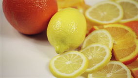 在桌上的桔子和柠檬自转,特写镜头 股票视频