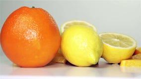 在桌上的桔子和柠檬自转,特写镜头 股票录像
