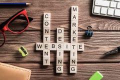 在桌上的概念性企业主题词与做纵横填字谜的比赛的元素 库存照片