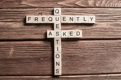 在桌上的概念性媒介主题词与做纵横填字谜的比赛的元素 库存照片