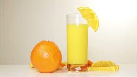 在桌上的橙色和橙汁自转,特写镜头 股票视频