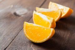 在桌上的橙色和橙色切片 库存照片