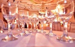 在桌上的水晶玻璃在桌,特写镜头上的许多空的玻璃 库存照片