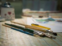 在桌上的油漆刷 免版税库存图片