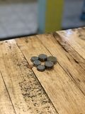 在桌上的泰国硬币 免版税库存图片