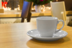在桌上的浓咖啡杯子 免版税库存图片