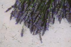 在桌上的淡紫色花 免版税库存图片