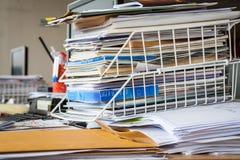 在桌上的混乱在办公室 免版税库存图片