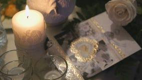 在桌上的灼烧的蜡烛 股票视频