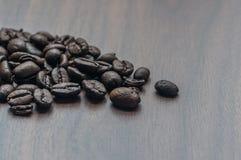 在桌上的烤咖啡豆 库存图片