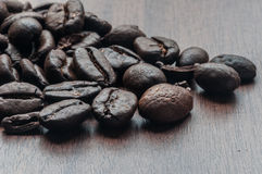 在桌上的烤咖啡豆 免版税库存图片