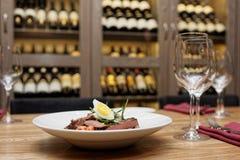 在桌上的烤牛肉开胃菜 库存图片