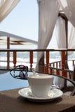 在桌上的热奶咖啡杯子在咖啡馆 库存照片